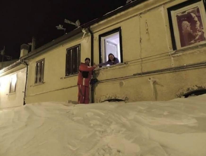 Capracotta, un uomo esce dalla finestra