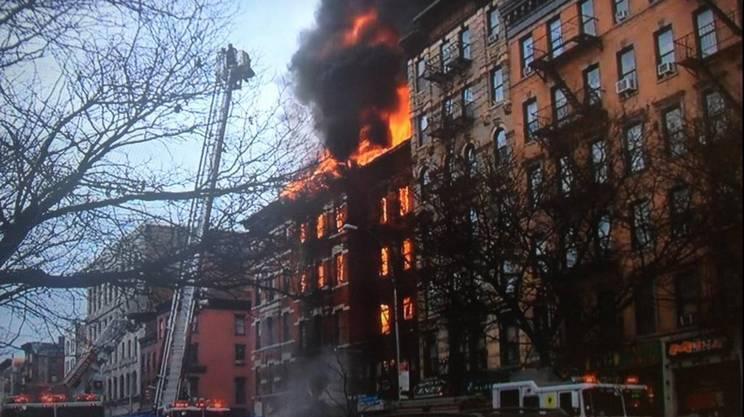 Alcune immagini del palazzo in fiamme