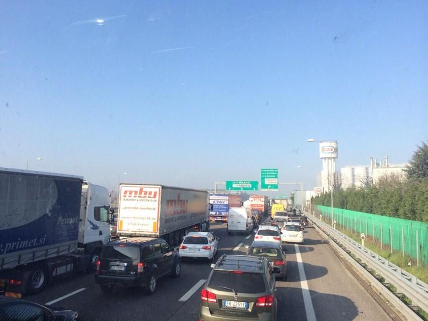 Le auto in fila sulla tangenziale Nord di Milano