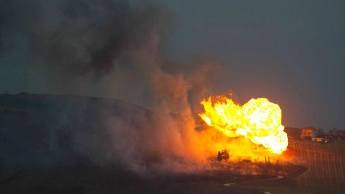Le fiamme causate dall'esplosione del metanodotto a Mutignano