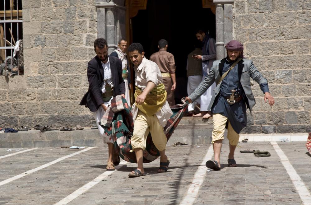 Una delle vittime portata fuori da una delle moschee