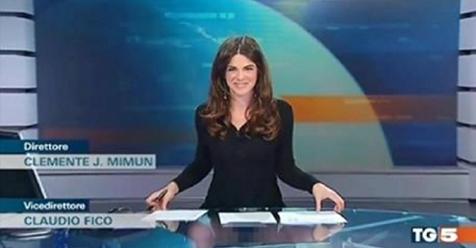 Tg5 Costanza Calabrese Dimentica Che Il Tavolo E Di Vetro E Allarga Le Gambe News Cronaca